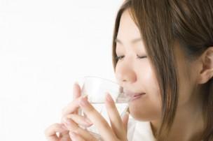 水を飲む女性画像