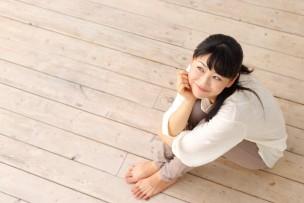 フローリングに座る女の子