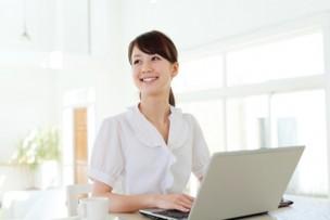パソコンを打つ女性画像
