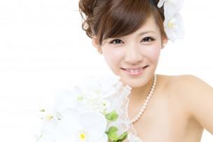 結婚式でドレスを着る新婦