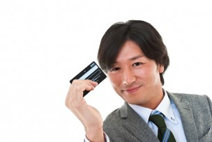 クレジットカードを持つ男性イメージ