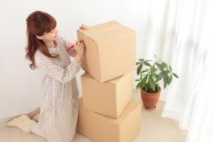 単身引っ越し作業をしている女性